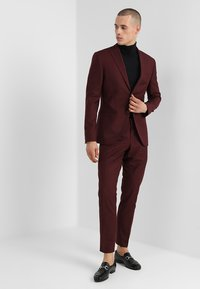 Isaac Dewhirst - FASHION SUIT - Traje - bordeaux - 1
