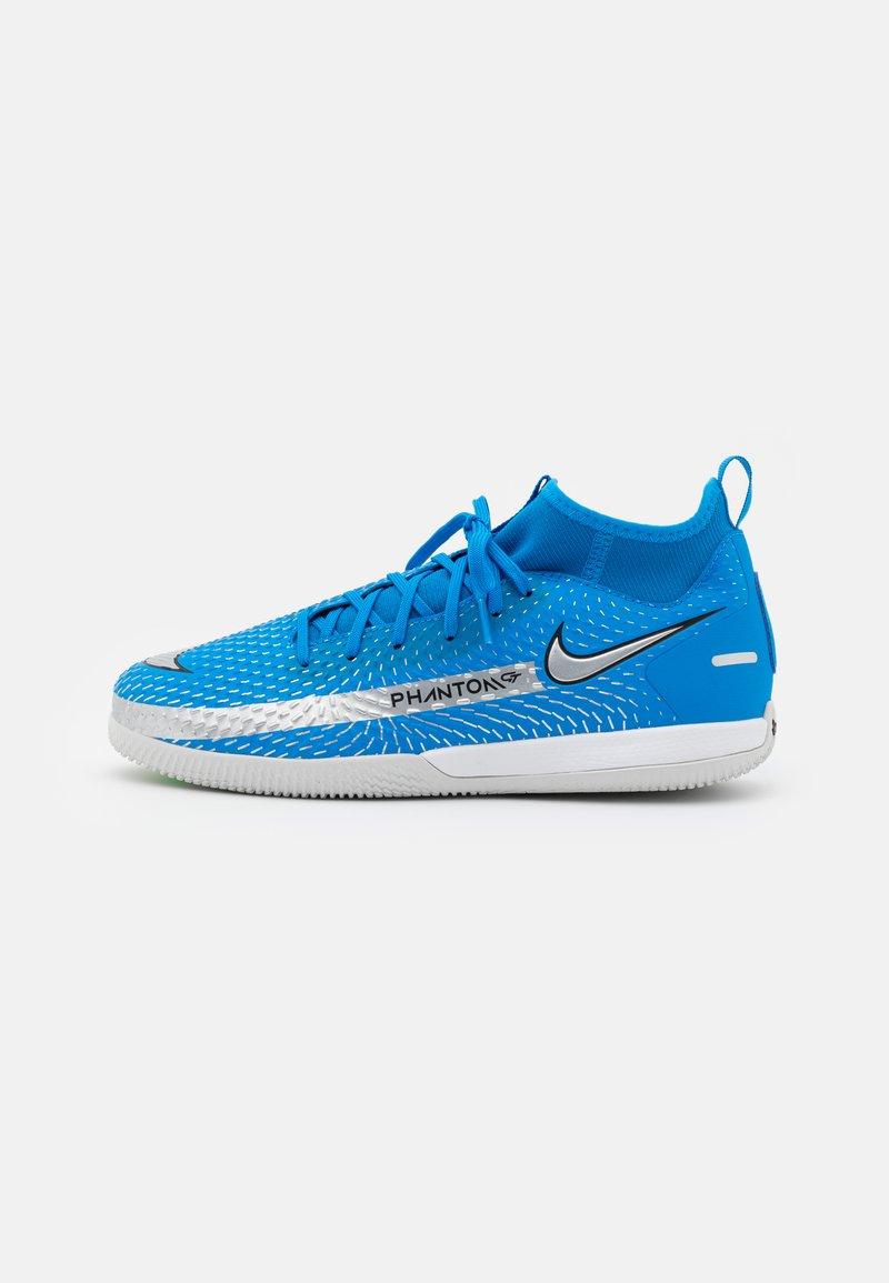 Nike Performance - JR PHANTOM GT ACADEMY DF IC UNISEX - Indoor football boots - photo blue/metallic silver/rage green