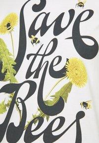 Dedicated - VISBY SAVE THE BEES - Triko spotiskem - offwhite - 5