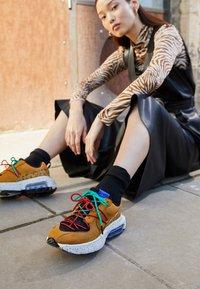 Nike Sportswear - AIR MAX VERONA 2.0 - Trainers - black/wheat/indigo burst/habanero red - 2