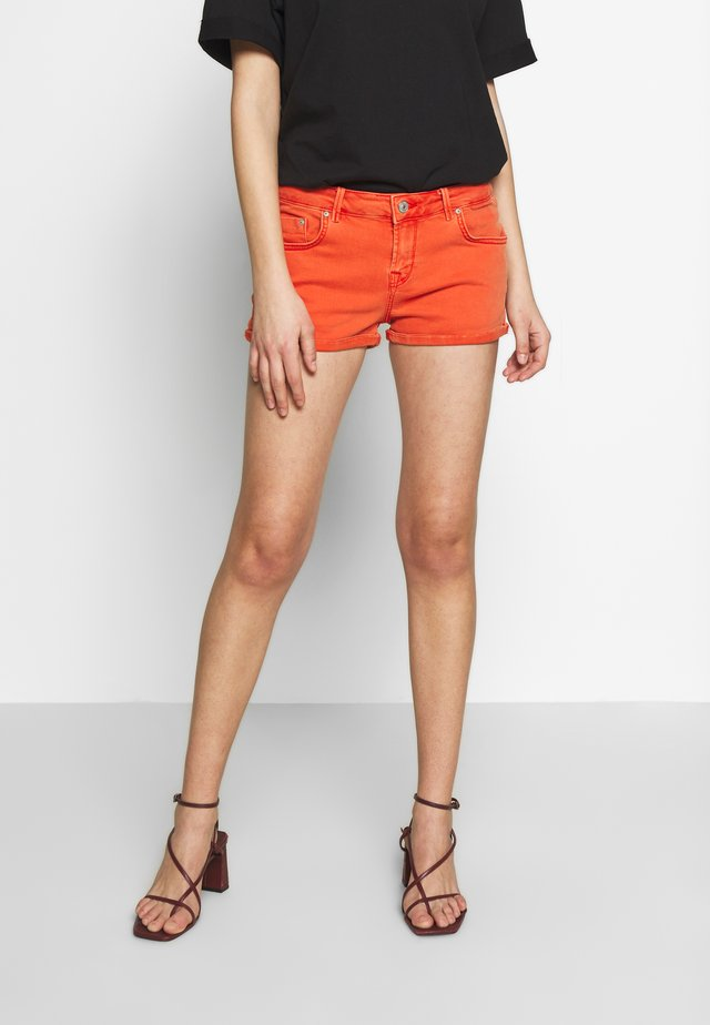 JUDIE - Denim shorts - candy apple wash