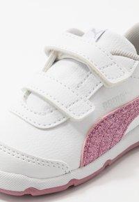 Puma - STEPFLEEX 2 UNISEX - Sportschoenen - white/pink - 2