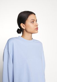 Weekday - HUGE CROPPED - Mikina - light lilac blue - 3