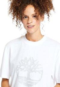 Timberland - OVERSIZE IRIDESCENT - Print T-shirt - white - 4