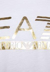 EA7 Emporio Armani - Print T-shirt - white/gold - 6