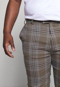 Topman - HERI CHECK - Pantalon de costume - brown - 4