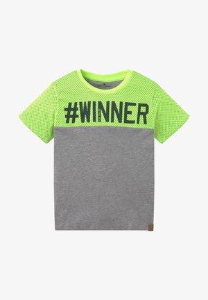 MIT UND STRUKTURMIX - Print T-shirt - gray/green