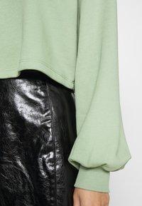 NA-KD - VOLUME SLEEVE CROP - Sweatshirt - green - 5