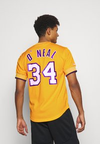 Mitchell & Ness - NBA LOS ANGELES LAKERS SHAQUILLE O'NEAL NAME NUMBER - Article de supporter - gold - 2