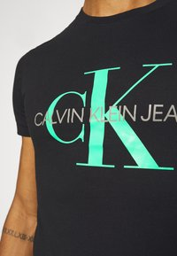 Calvin Klein Jeans - SEASONAL MONOGRAM TEE - Camiseta estampada - black/andean toucan - 5
