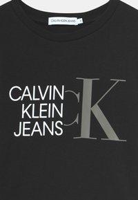 Calvin Klein Jeans - HYBRID LOGO FITTED - Triko spotiskem - black - 2