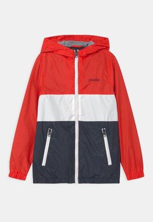 JJHUNTER LIGHT HOOD - Light jacket - true red