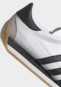 adidas Originals - COUNTRY OG SHOES - Trainers - white - 10