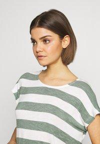 Vero Moda - VMWIDE STRIPE TOP  - Camiseta estampada - laurel wreath/snow white - 4