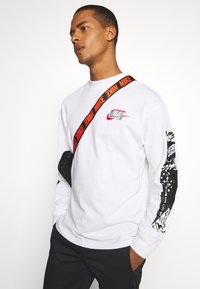 Nike Sportswear - MOCK TEE PUNK PACK - Top sdlouhým rukávem - white - 3