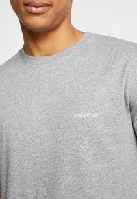 Calvin Klein - CHEST LOGO - T-shirt - bas - mid grey heather - 5