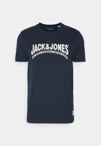 JOR30HISTORY TEE CREW NECK - Print T-shirt - navy blazer/oatmeal