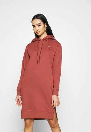 GRAPHIC TEXT BF HOODED - Pletené šaty - cinnamon red