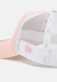 New Era - LEAGUE ESSENTIAL TRUCKER  - Cap - pink/white - 3