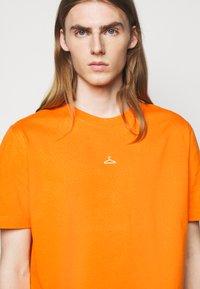 Holzweiler - HANGER TEE - Basic T-shirt - orange - 4