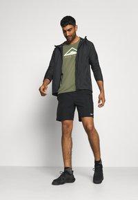 Nike Performance - RISE TRAIL - Camiseta estampada - medium olive/barely volt - 1