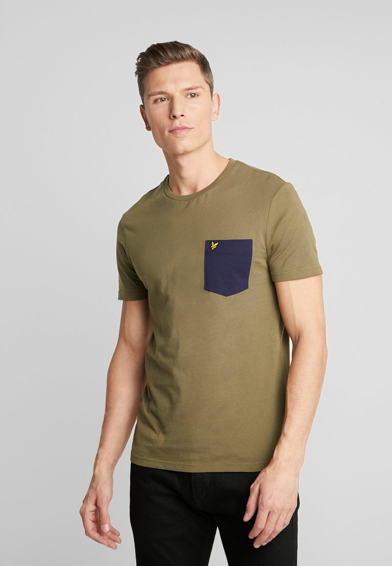 Lyle & Scott - CONTRAST POCKET - T-shirt z nadrukiem - lichen green/ navy