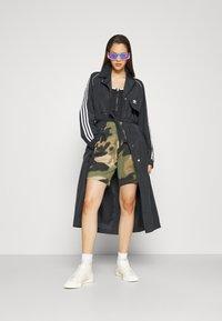 adidas Originals - TRENCH ORIGINALS ADICOLOR PRIMEGREEN COAT - Trenchcoat - black - 4