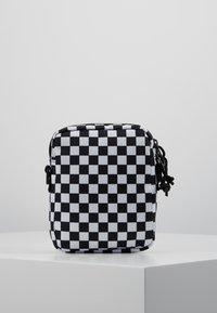 Vans - MN BAIL SHOULDER BAG - Axelremsväska - black/white - 2