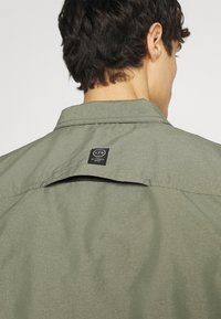 Wrangler - ALL TERRAIN GEAR - Camisa - dusty olive - 6