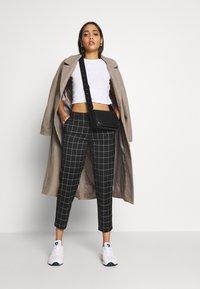 ONLY - ONLSARAH CHECK PANT - Kalhoty - black/creme - 1