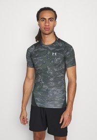 Under Armour - ARMOUR CAMO - Print T-shirt - baroque green - 0