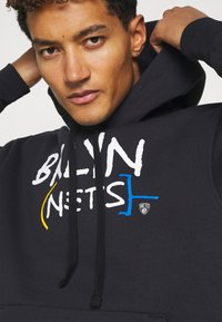 Nike Performance - NBA BROOKLYN NETS CITY EDITION ESSENTIAL HOODIE - Article de supporter - black/white - 5