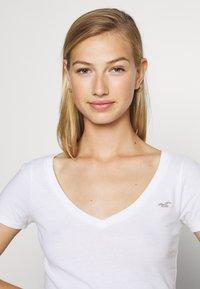 Hollister Co. - ICON MULTI 3 PACK - Basic T-shirt - white/black/light grey - 7