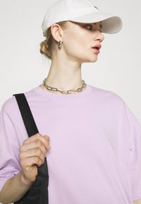 Monki - CISSI TEE - T-shirts med print - lilac purple light - 3