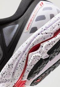 Mizuno - WAVE ULTIMA 11 - Neutral running shoes - white/black - 5