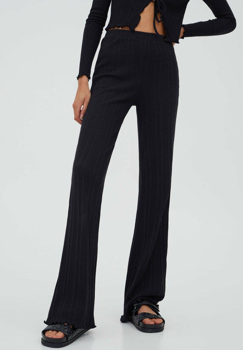 PULL&BEAR - GERIPPTE - Trousers - black