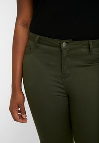 ONLY Carmakoma - CARTHUNDER  PUSH UP REG - Jeans Skinny Fit - dark green - 3