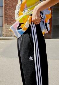 adidas Originals - BF ADICOLOR PRIMEBLUE RELAXED PANTS - Tracksuit bottoms - black - 2