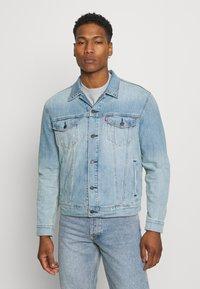 Levi's® - THE TRUCKER JACKET UNISEX - Veste en jean - light indigo/worn in - 0