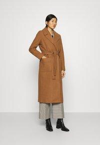 JUST FEMALE - LEOLA COAT - Płaszcz wełniany /Płaszcz klasyczny - walnut - 0