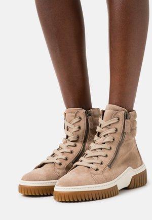 Sneaker high - desert