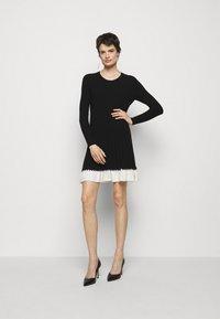 TWINSET - ABITO IN MAGLIA CON BALZINA - Jumper dress - nero/neve - 1
