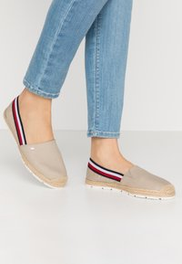 Tommy Hilfiger - BASIC TOMMY CORPORATE ESPADRILLE - Loafers - stone - 0