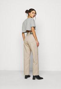 Missguided Petite - PEACHY ROLL CROP  - Print T-shirt - grey marl - 2