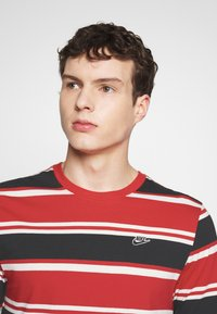 Nike Sportswear - STRIPE TEE - Camiseta estampada - white/university red/black - 3