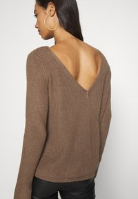 Even&Odd - BASIC- BACK DETAIL JUMPER - Stickad tröja - light brown - 3