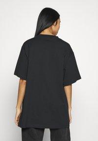 Monki - TORI TEE - T-shirts med print - off black - 2