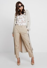 Marc O'Polo - TORNE TAILORED - Trousers - tall teak - 1