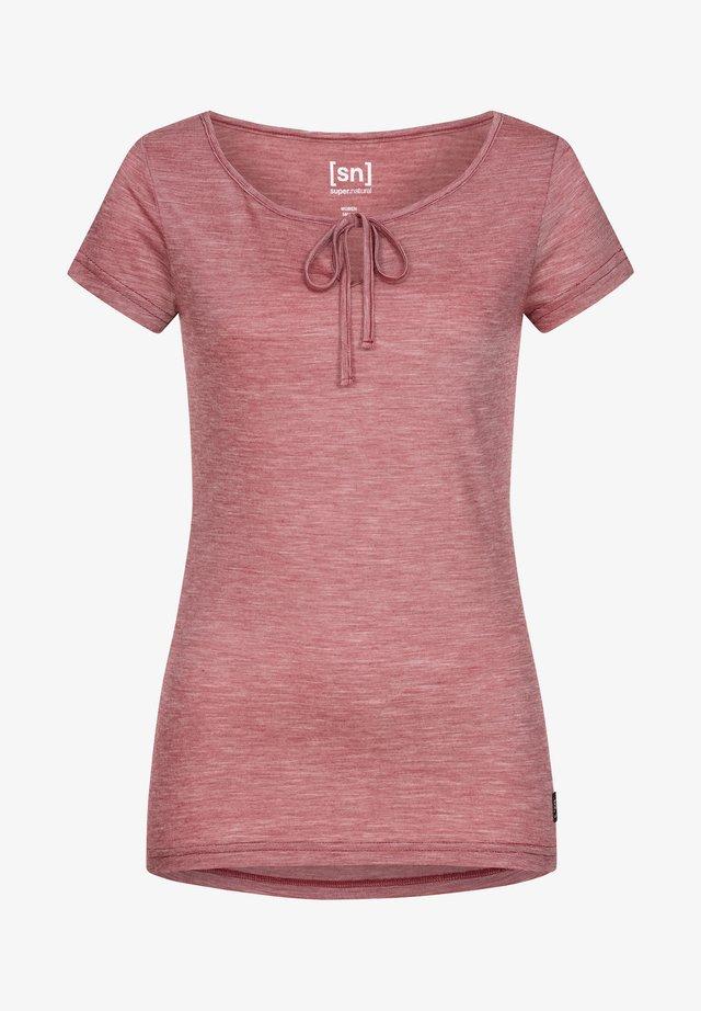RELAX TEE - Print T-shirt - rubinrot