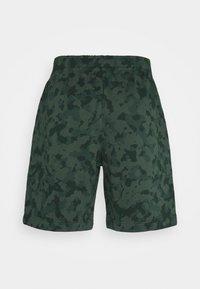 Nike Sportswear - CLUB CAMO - Shorts - galactic jade/white - 6